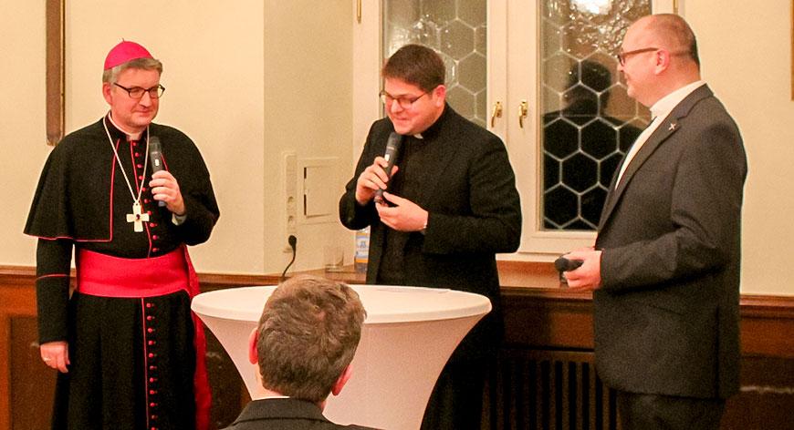 Bischof Dr. Kohlgraf, Regens Dr. Dennebaum und Dr. Gerhard Schneider im Gespräch
